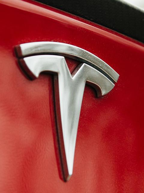 tesla-logo-electric-car 640 x 480